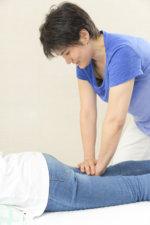 フラダンスで膝をひねって痛めてしまった患者様、3回の施術でかなり楽になりました